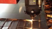Soi rãnh kim loại bằng máy laser