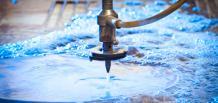 So sánh 2 công nghệ cắt kim loại bằng laser và tia nước